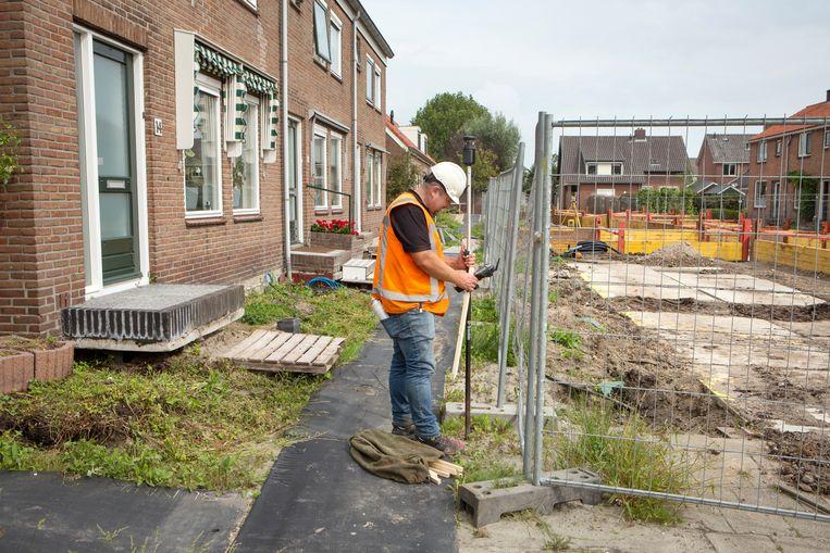 In het Utrechtse dorp Kanis zijn in de zomer van 2020 alle straten gestut met heipalen. Dat beschermt het wegdek en de onderliggende water- en elektriciteitsleidingen tegen verzakking van de veenbodem. Beeld Jörgen Caris