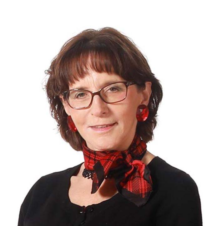Psycholoog Marianne van der Slikke uit Spijkenisse helpt mensen die vanwege de coronacrisis problemen hebben via de telefoon.