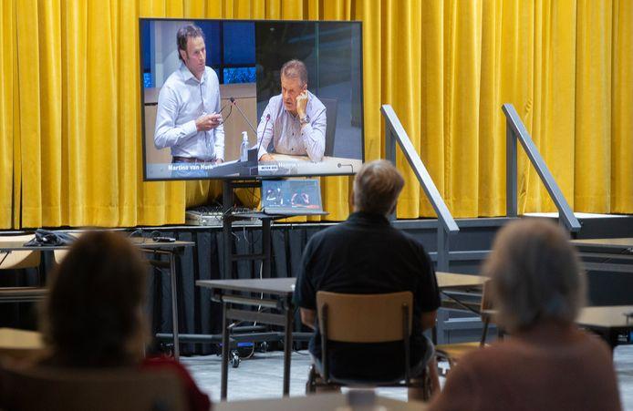 In het Lithse gemeenschapshuis de Snoeck volgden inwoners de hoorcommissie op een groot scherm.