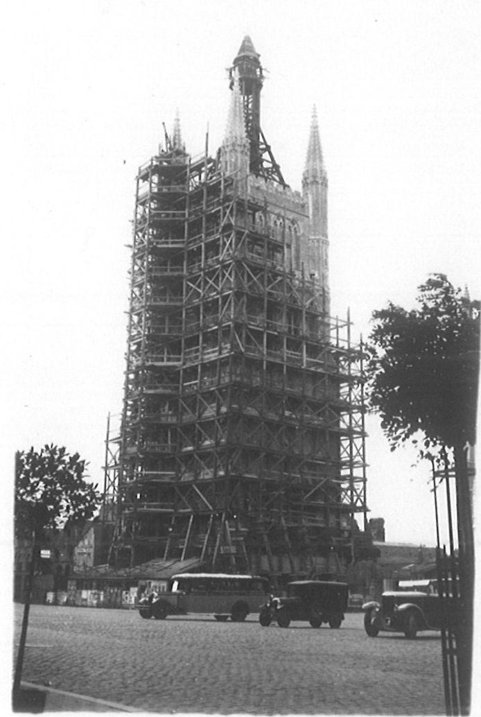 De belfortoren tijdens de wederopbouw in (wellicht) 1933, het jaar daarop werd de toren ingehuldigd.