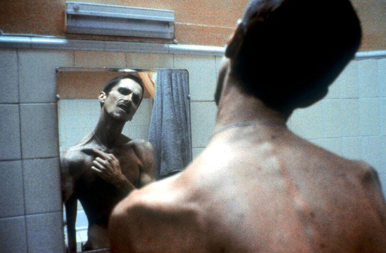 Een graatmagere Christian Bale in 'The Machinist'. Beeld Imageglobe
