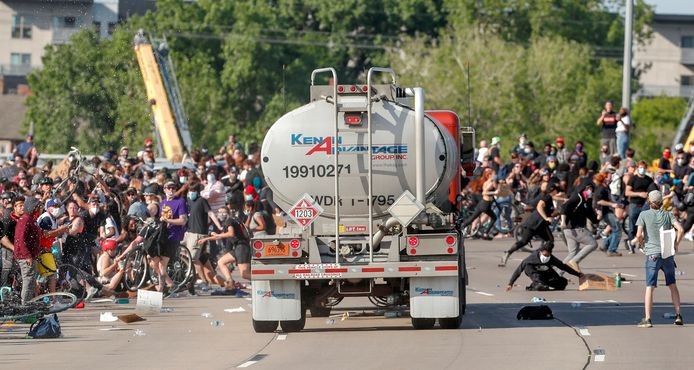 In Minneapolis werd een vreedzame demonstratie bruut verstoord toen een tankwagen inreed op de menigte. De snelweg was juist afgezet voor het protest. Hoe de truck toch de brug op wist te rijden is onbekend.