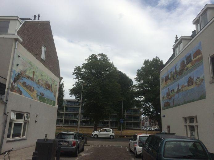 Links de nieuwe muurschildering over de Vaartsche Rijn. Rechts het kunstwerk dat kunstenaar Jos Peeters in 2015 maakte.