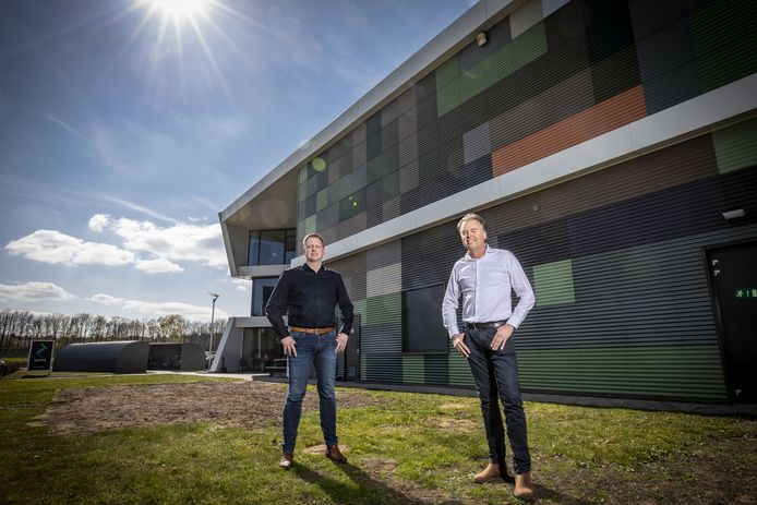 Marc ter Laak (links) en Ewald Hartman voor het nieuwe gebouw van Lycens op Hazewinkel.