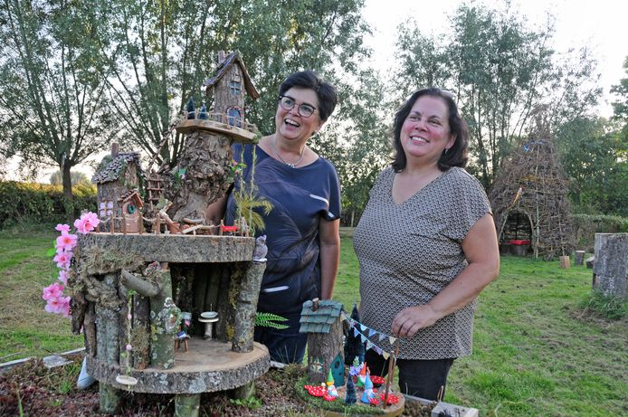 Anneke Lameijn (links) en haar zus Bianca Manuhutu zorgen er voor dat de kabouters in het Slingerbos gezelschap krijgen van elfjes.