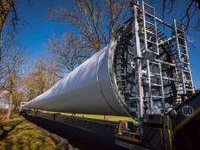 Reusachtige onderdelen van windturbines komen in het holst van de nacht aan in Nieuwleusen