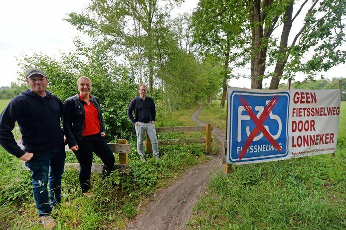Lonnekernaren voerden eerder actie tegen de aanvankelijk voorgestelde routes voor een fietssnelweg, zoals over het vroegere tracé van de spoorlijn, waarover nu een mountainbike-route loopt.