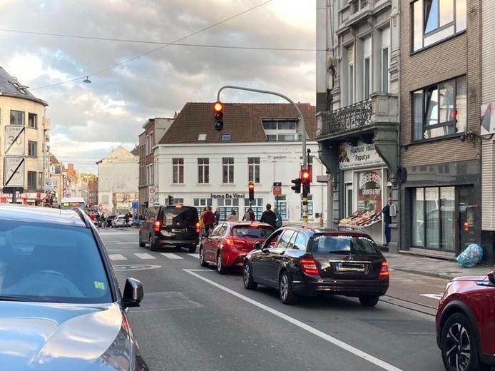 De verkeerslichten worden gezamenlijk genegeerd na meer dan 10 minuten wachten