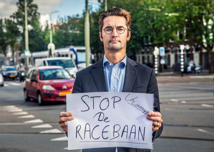 Buurtprotest. Filip Zoeteweij voerde vorig jaar juli nog actie voor een Waldeck Pyrmontkade zonder racende auto's.