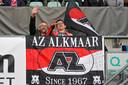 Supporters van AZ voelen zich snel thuis in het stadion van ADO, blijkt hier tijdens het Europa League-duel met Marioepol/