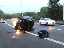 Wagen gaat over de kop op Antwerpse Ring: bestuurster afgevoerd naar ziekenhuis