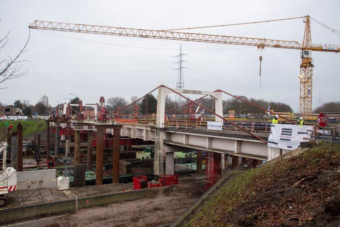 ZATERDAG 13.30 UUR: De afbraak van de Bergwijkbrug liep heel wat vertraging op. Zaterdagmiddag was het brugdek nog steeds niet ontmanteld.