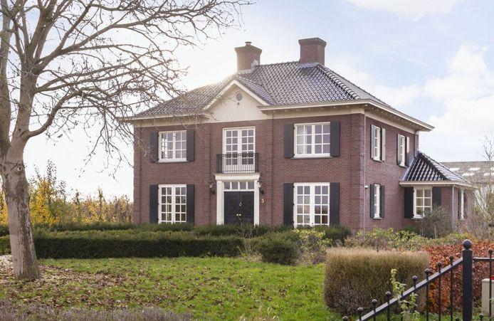 Deze klassieke villa uit 2008 aan de Povincialeweg in Maurik staat te koop. Foto: Funda