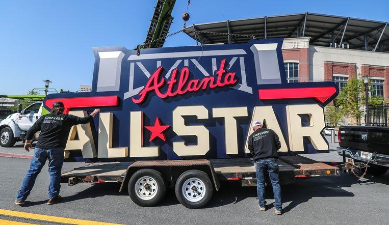 Het bord van de All-Star-wedstrijd wordt op een track geladen nadat de wedstrijd is verplaatst van Atlanta naar Denver. Beeld AP