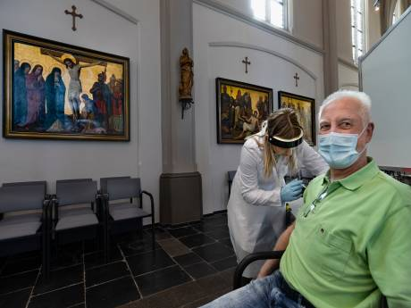 Toon (64) en Alda (63) uit Deurne krijgen hun prik in de kerk: 'We zijn dubbel blij, ook de kapsalon mag weer open!'