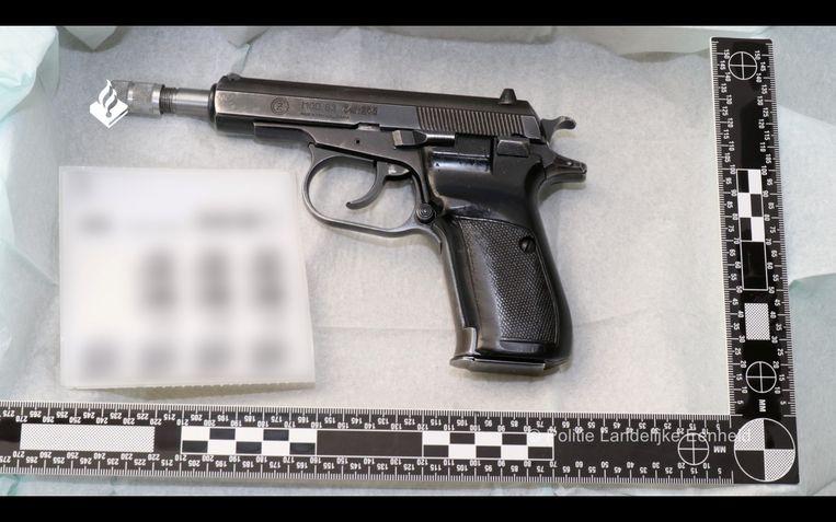 Een wapen dat aangetroffen werd in de martelcontainers in Wouwse Plantage. De politie kwam de containers op het spoor door de kraak van EncroChat. Beeld via REUTERS