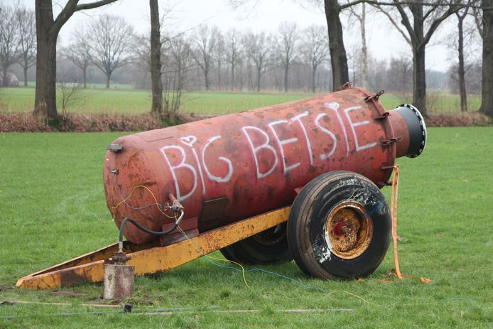 'Big Betsie' wordt bij het carbidschieten van de vriendengroep 'Keet Rotink' in stelling gebracht.