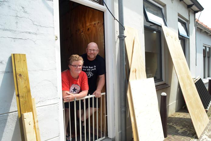 Mia (links) en Jacco Verwest offeren veel vrije dagen op aan de verbouwing van hun woning.