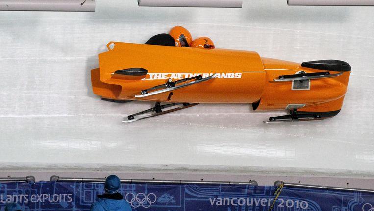 Tijdens de training tijdens de Olympische Spelen Vancouver crashte Van Calker met zijn tweemansbob. Beeld EPA