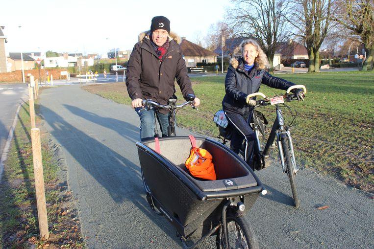 Burgemeester Jan Vermeulen zweert als geen ander bij de fiets. Hier met schepen Trees Van Hove op het nieuwe fietspad naar Palaestra.
