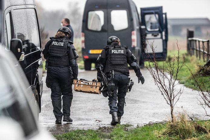 Zwaarbewapende agenten bij de ontmanteling van het drugslab in Baak, 6 december 2020.
