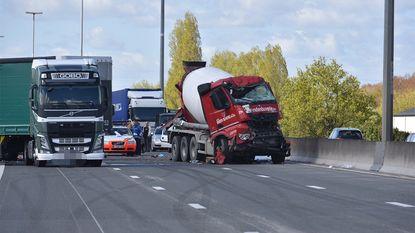 Trucker komt om bij kop-staartbotsing met vrachtwagens op E17