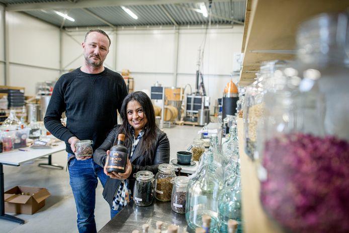 René Kamphuis en Jasmine Taraporewalla met hun 'smoked gin'. Berken- en appelhout zorgen voor een zachte rooksmaak.