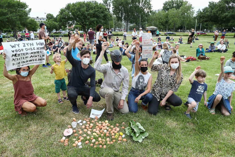 Bewonersprotest tegen de PFOS-vervuiling in Zwijndrecht. 'Opnieuw dezelfde struisvogelreactie. Opnieuw dezelfde oorverdovende stilte. Opnieuw hetzelfde rondje zwartepieten.' Beeld BELGA