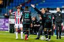In de slotfase van Willem II - RKC (1-0) voorkomt Zeljko Petrovic dat RKC'er Vurnon Anita snel een vrije trap kan nemen door het veld in te lopen en voor de bal te gaan staan.