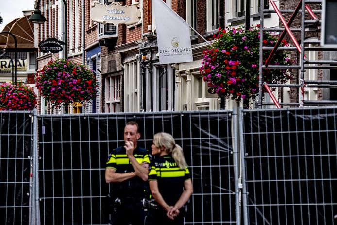 De politie doet onderzoek in de Breestraat na een schietpartij bij een coffeeshop.