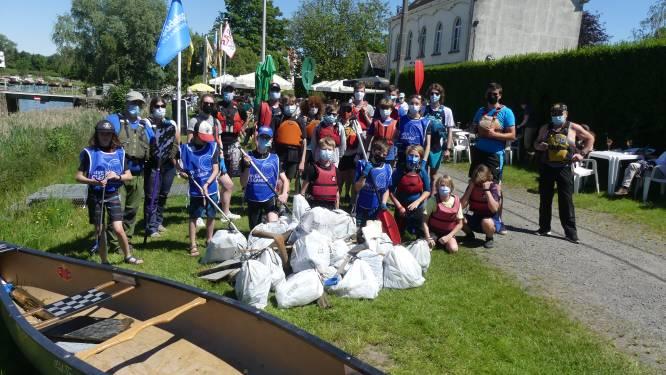 Plastic, blikjes en parasolhouder: Deinse kajakkers vissen afval uit de Leie