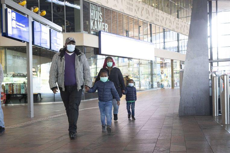 Reizigers met mondkapjes op station Rotterdam Centraal.  Beeld ANP