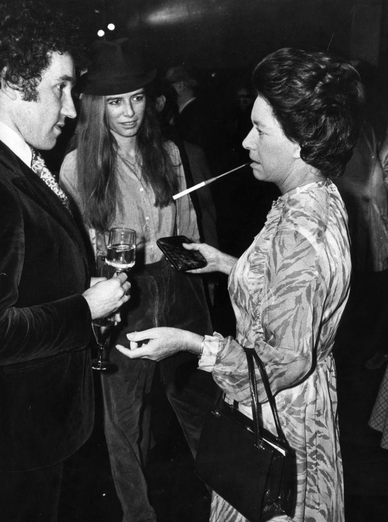 De verstokte roker Margaret in gesprek met acteurs, 1980 Beeld Getty Images