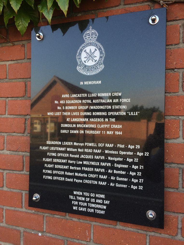 De tekst op het bord verwijst naar de 'Dumoulin Brickworks Claypit Crash', naar de voormalige kleiputten in de buurt van het Hagebos, waar de bommenwerper neerstortte.