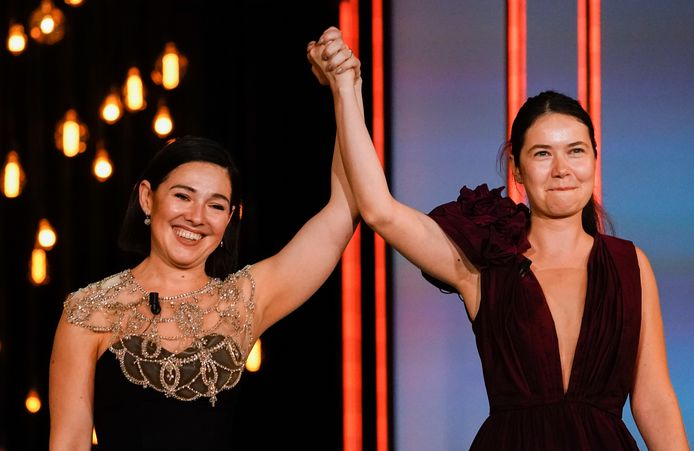 Regisseur Alina Grigore (rechts) en producer Gabi Suciu vieren de prijs voor beste film in San Sebastian, Spanje.