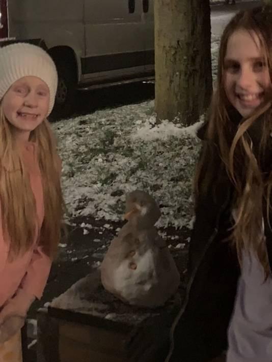 Julia en lindy hebben de eerste sneeuwvlokjes opgevangen, en het is ze gelukt om een sneeuwwitje te maken .