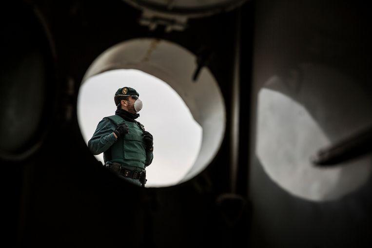 Een agent van de Guardia Civil houdt de wacht.