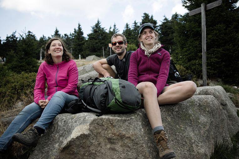 Wandelaars rusten uit op een steen in het Harzgebergte. Beeld Daniël Rosenthal