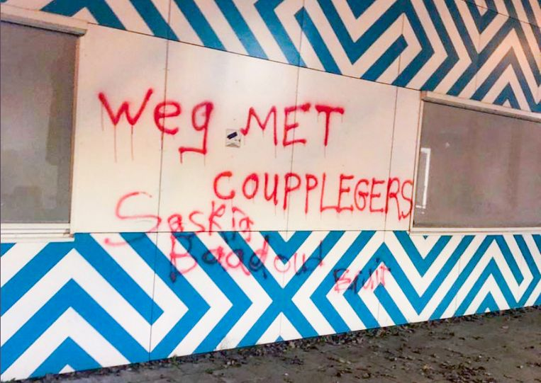 De graffiti op de gevel van Haga Lyceum is onder meer gericht tegen de vermeende 'coupplegers'. Beeld -