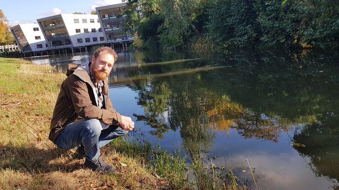 """Stadsecoloog Johan Mees bij een natuurvriendelijke oever aan de Sint-Teunislaan. ,,Er is hier pas gemaaid."""""""