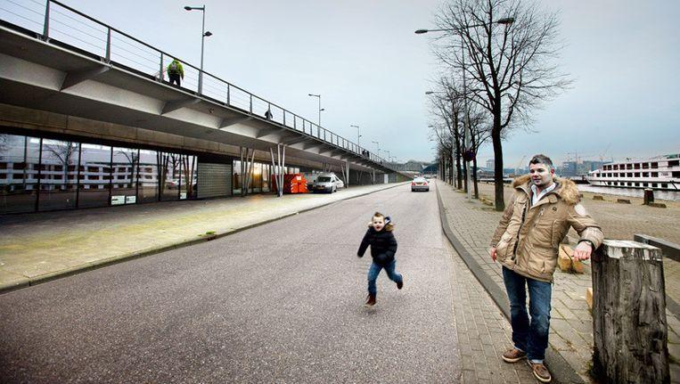 Quinten Lovers met zoon Bo aan de Oosterdokskade. Links onder de brug de Lovers Powerzone in aanbouw. © Jean-Pierre Jans Beeld