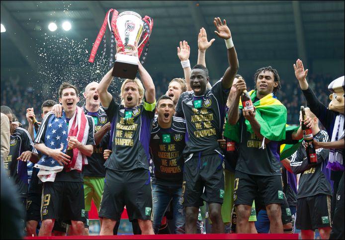 Anderlecht viert de titel in 2012, u herkent onder meer Lucas Biglia, Matías Suárez en Cheikhou Kouyaté.