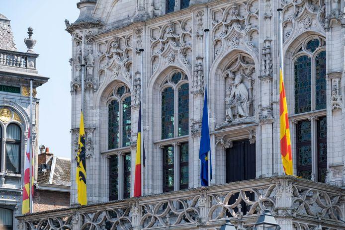 MECHELEN - Aan het stadhuis van Mechelen hingen de vlaggen halfstok.