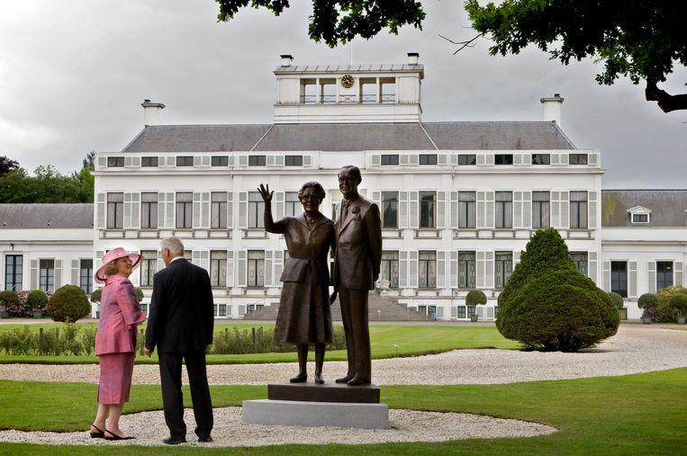 In 2009 onthult (toenmalig) koningin Beatrix beelden van koningin Juliana en prins Bernhard, gemaakt door Kees Verkade, in de voortuin van Paleis Soestdijk.  Beeld ANP