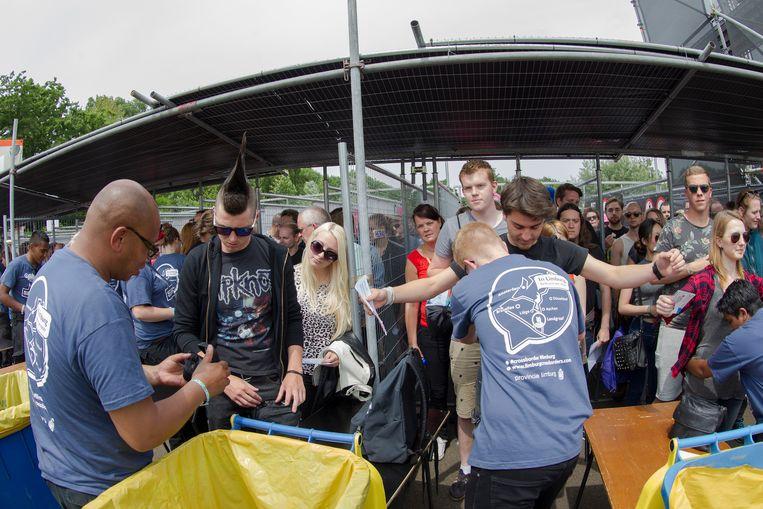 Bezoekers worden bij binnenkomst op het festivalterrein gecontroleerd. Beeld Paul Bergen/ANP Kippa