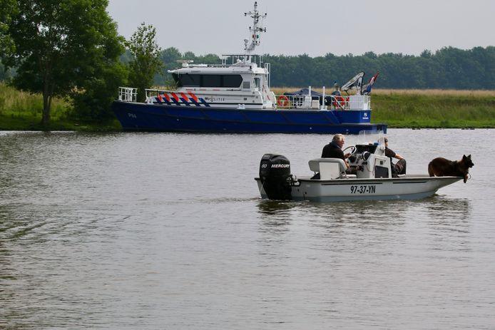 Speuren naar drenkeling met politiehond op de Maas bij Oeffelt.