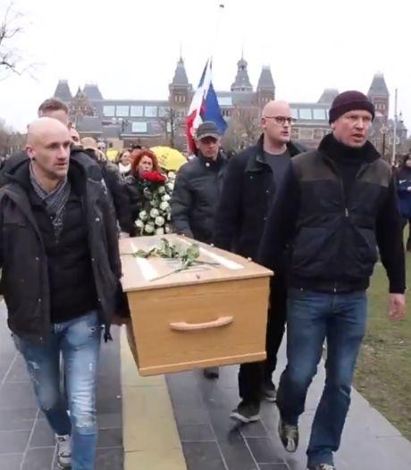 Uitvaartondernemers walgen van doodskist bij demonstratie Museumplein: 'Ronduit smakeloos'