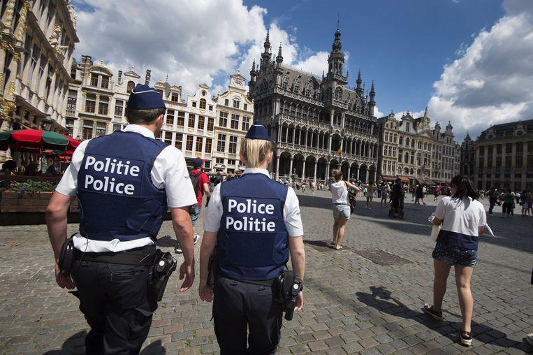 Politieagenten patrouilleren op de Grote Markt in Brussel. Beeld photo_news
