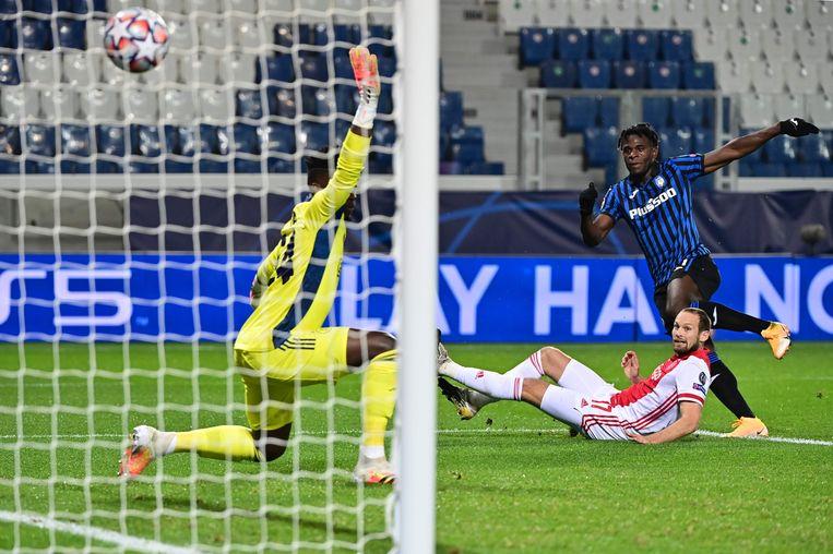 Duván Zapata maakt de gelijkmaker voor Atalanta Bergamo: 2-2. Daley Blind en keeper André Onana hebben het nakijken. Beeld AFP