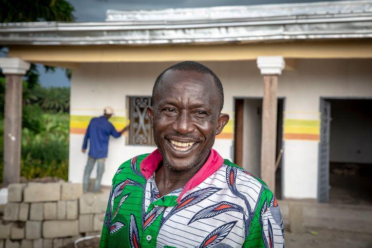 Emmanuel Elong woont in het dorpje Mbonjo, omsingeld door 'Socapalm-land'. Beeld Sven Torfinn